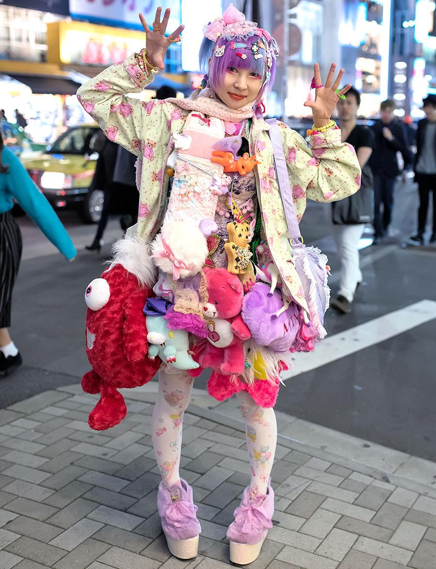 Японская девушка и мягкие игрушки