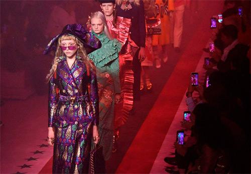 Модная женская одежда и аксессуары Gucci весна-лето 2017