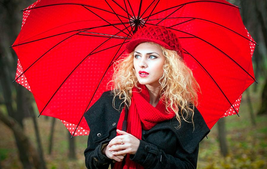 Красивый красный зонт