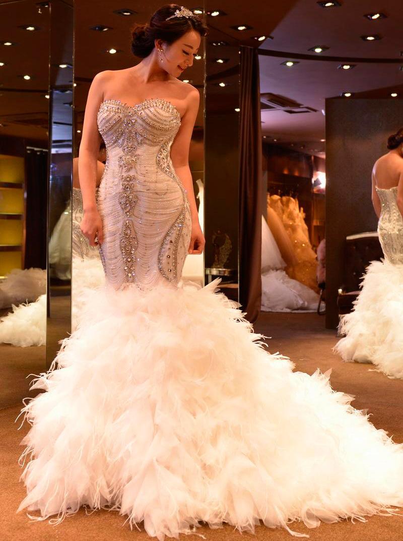 Выбираем шикарное свадебное платье с перьями