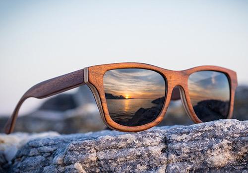 Преимущества солнцезащитных очков в деревянной оправе