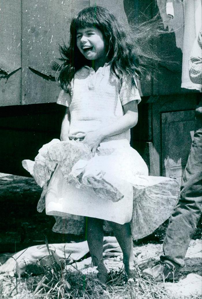 Девочка с растрепанными волосами
