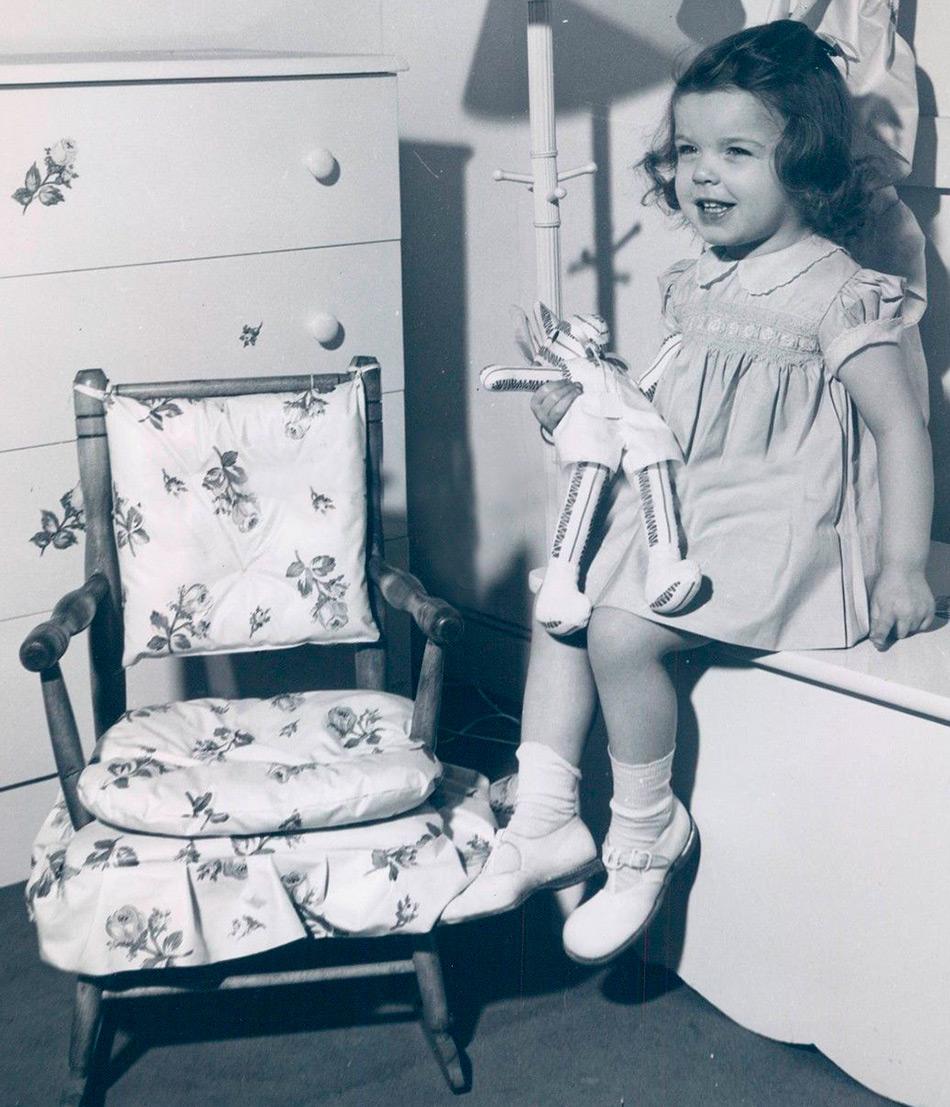 Маленькая девочка с куклой