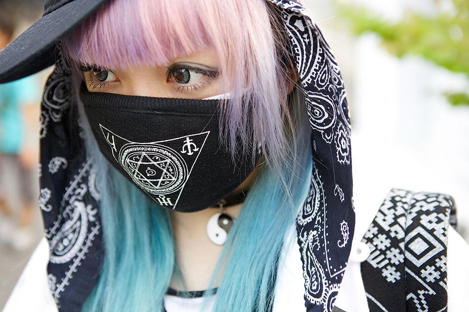 Японка в защитной маске