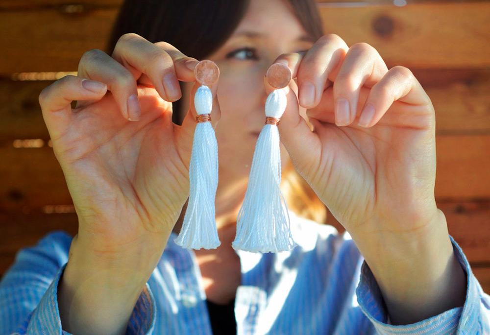 Серьги кисти – как выбрать цвет и с чем носить