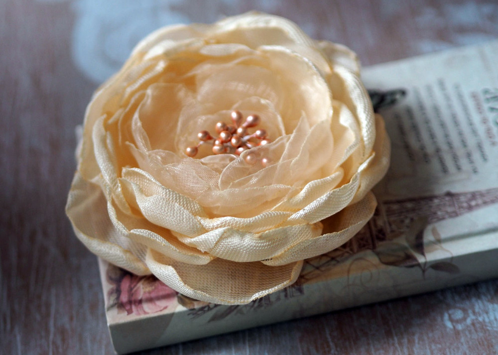 Цветок из ткани органза
