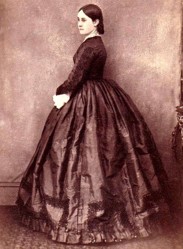 Девушка – антикварное фото