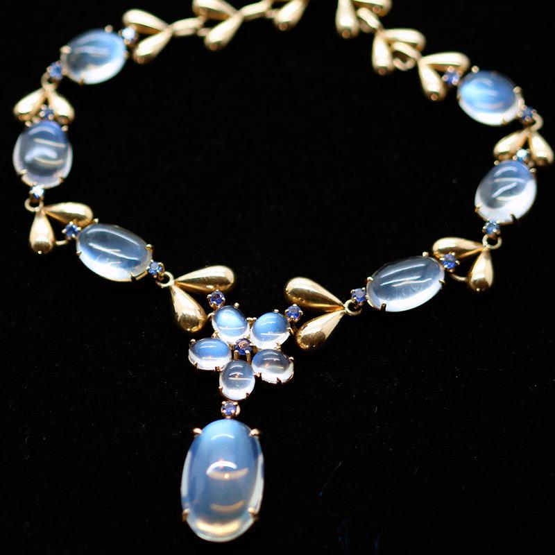 Ожерелье из лунных камней