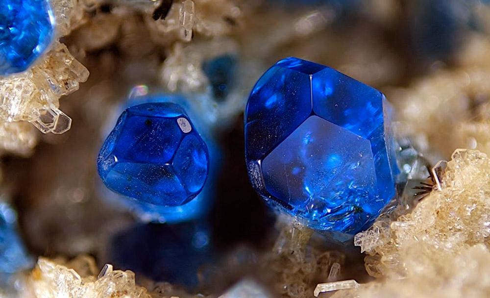 Кристаллы гаюина в природе