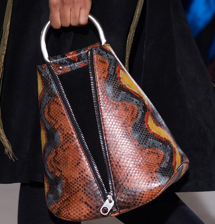 Яркая сумка из змеи