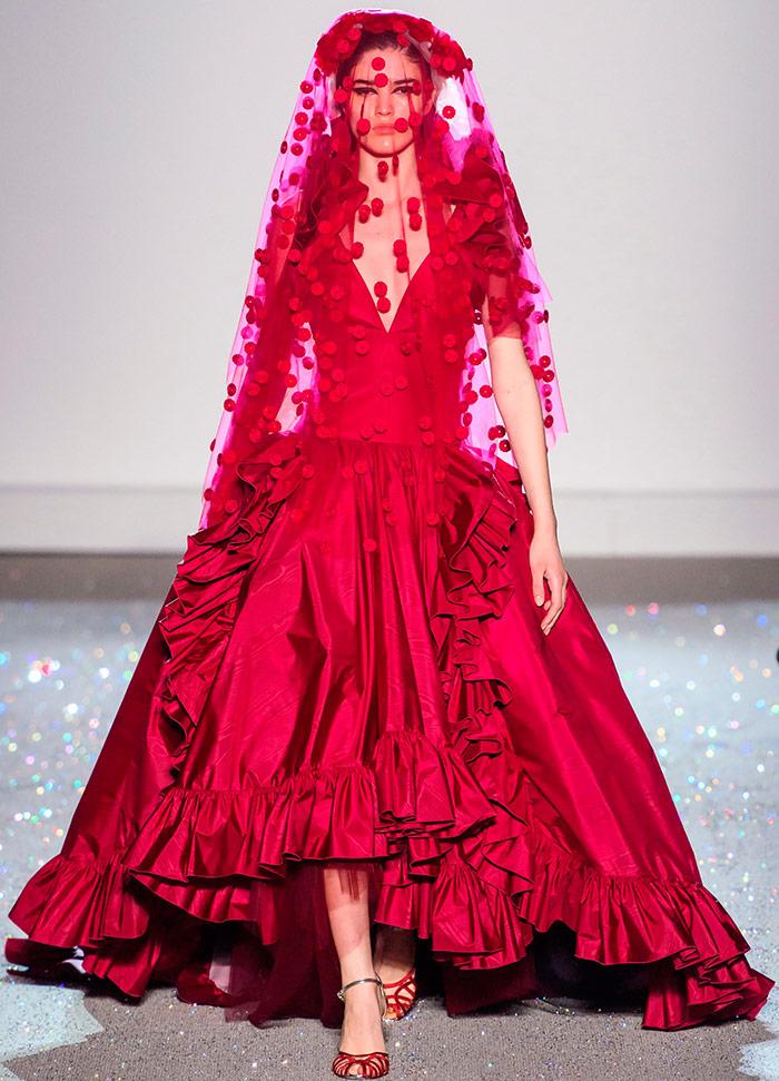 Красивое красное свадебное платье