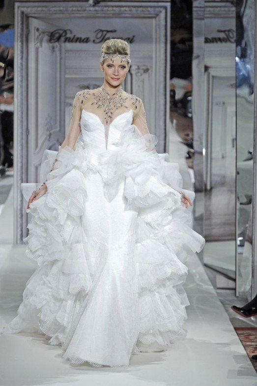 в кпрозрачном платье