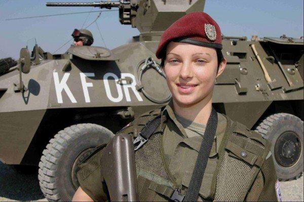 Девушки в военной форме и служба в