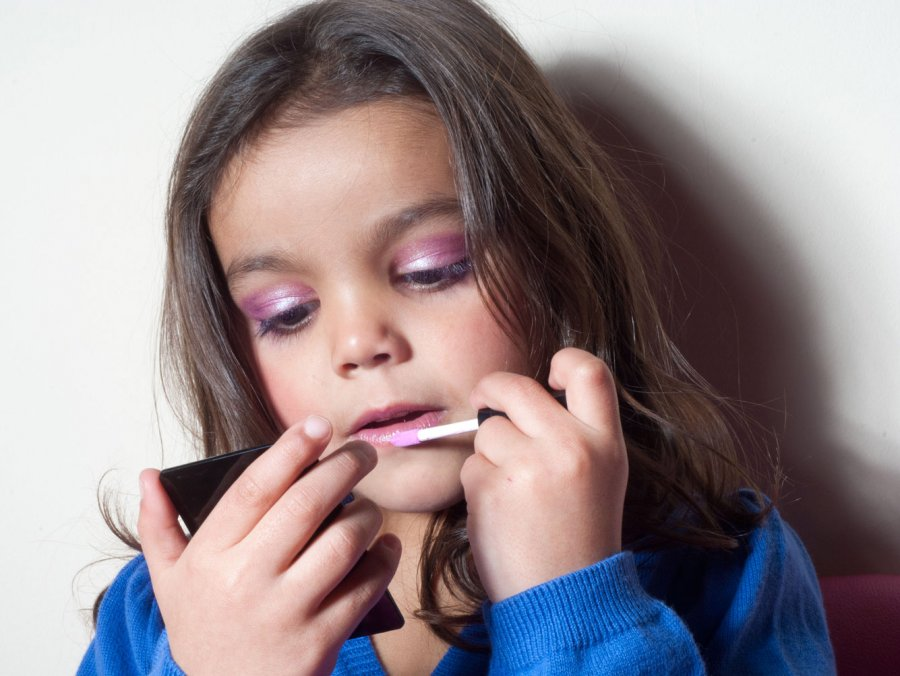 Девочка делает макияж для фотосессии