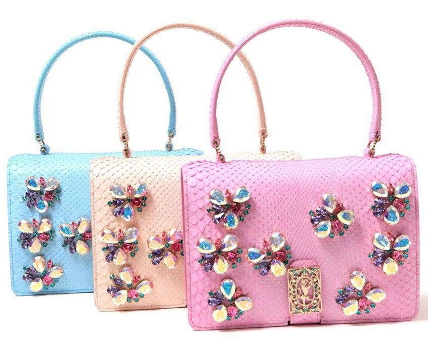 С образцами модных сумок сезона 2012