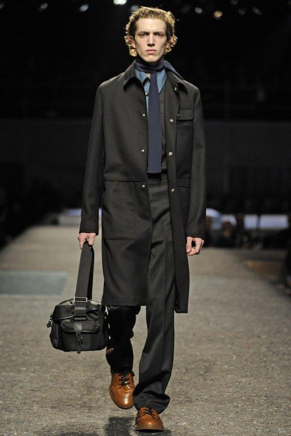 В этом сезоне осень - зима 2015-2016 модельеры и дизайнеры представили большое разнообразие фасонов верхней одежды из овчины, которая сможет защитить от