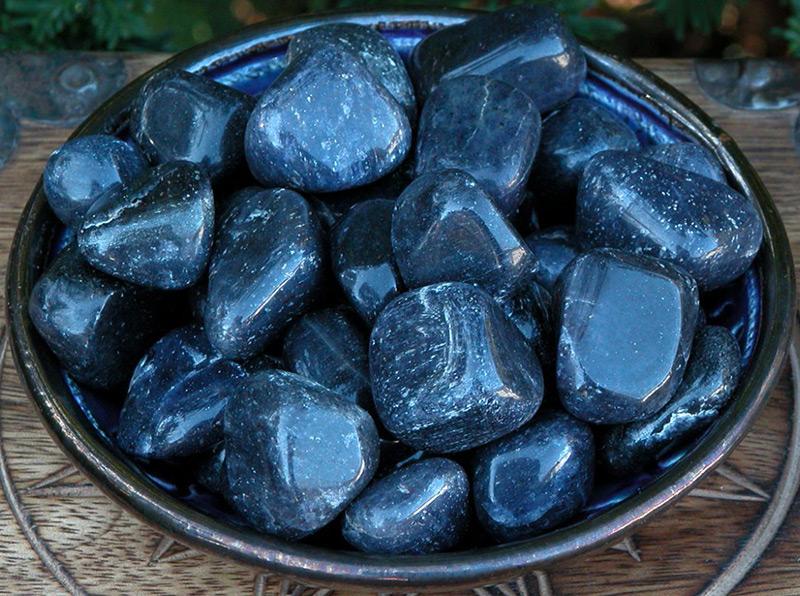 Камень авантюрин синего цвета
