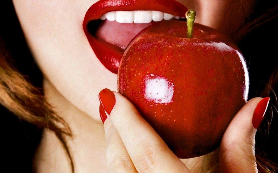 Красивая девушка с яблоком